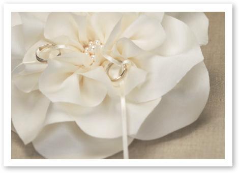 リングピロー完成品「イングリッシュローズ」シルク100%のサテンが生み出す最高の輝き