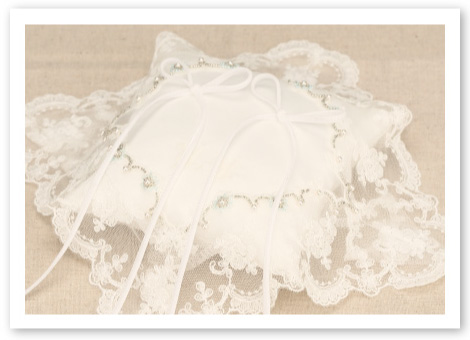 リングピロー完成品「フィオナ」張りのあるシルキーシャンタンに重なる純白のオーガンジー